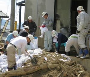 多くの仲間が土砂かき出しや土砂に埋もれた家具の搬出などに動く